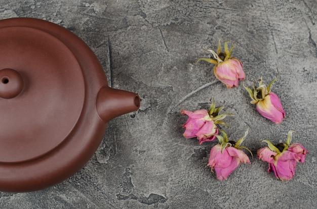 Theepot en toppen van rozen