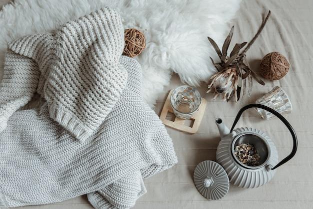 Theepot in scandinavische stijl met gebreide thee en decordetails bovenaanzicht