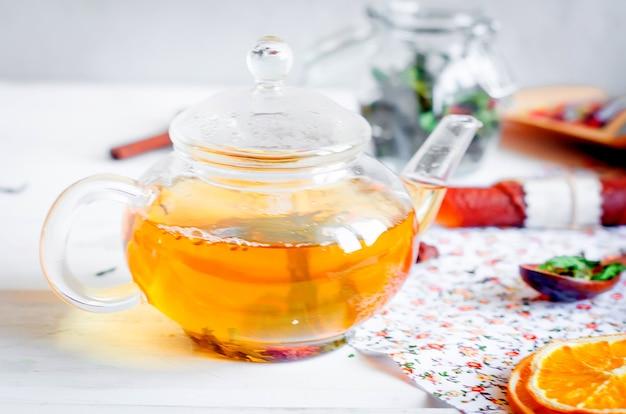 Theepot met ho greent thee, kopje thee met munt, schijfje citroen, rol droog fruit