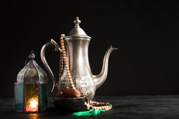 Theepot met kaars naast voorbereid op ramadan dag