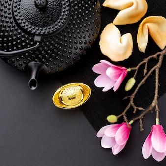 Theepot met magnolia chinees nieuw jaar