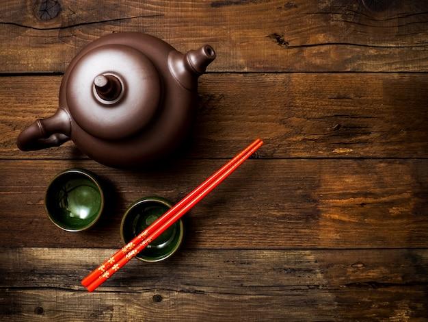 Theepot op groene bamboe mat. bovenaanzicht