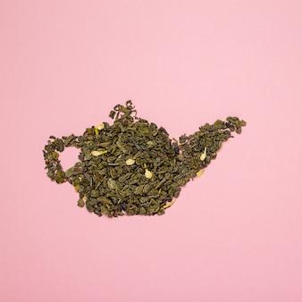 Theepotvorm gemaakt van droge jasmijn groene theebladeren