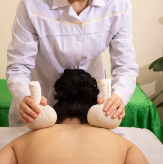 Theescrub, katoenen zakjes met kruiden voor massage. gezonde levensstijl