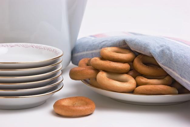 Theeservies en bagels op een bord