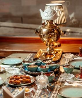 Theeservies met baklava, jam en gedroogd fruit