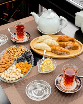 Theeservies met baklava, shekerbura, citroen, gedroogde vruchten en noten