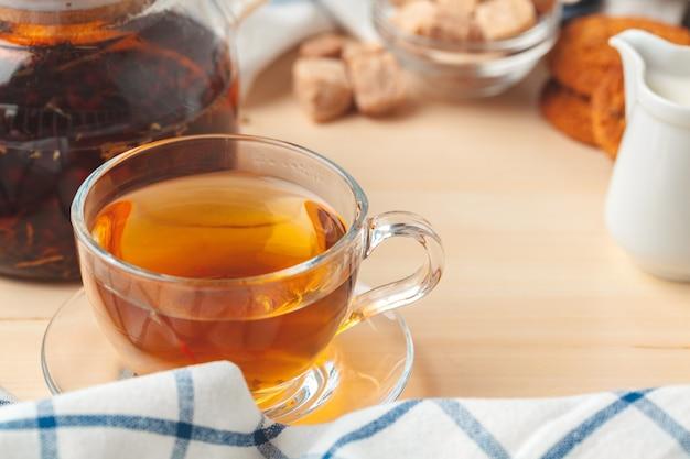Theetijd. kop thee op een prachtig versierde tafel