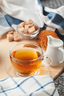 Theetijd. kop thee op prachtig versierde tafel