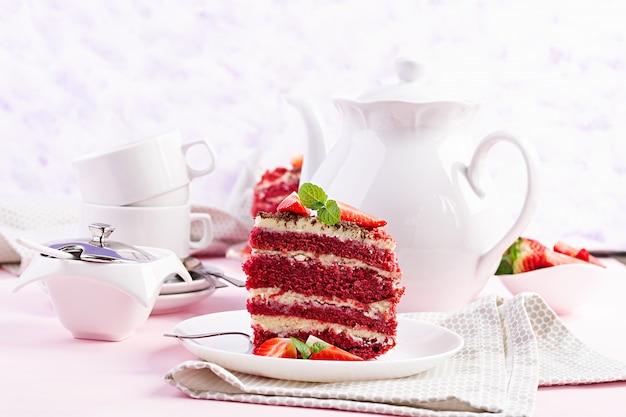Theetijd met rode fluweelcake en aardbeien