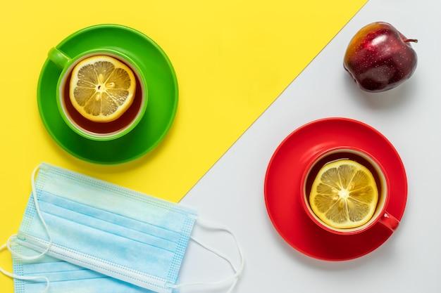 Theetijd met schijfjes citroen in de ochtend.