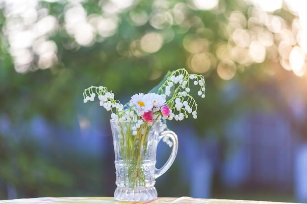 Thema van het lenteseizoen. lelie van de vallei in de pot.