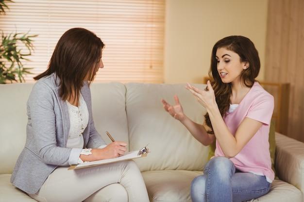 Therapeut die aan haar patiënt luistert