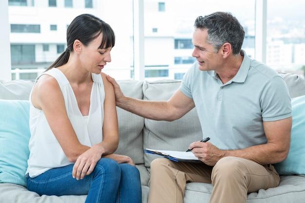 Therapeut die een vrouw in de kliniek troost