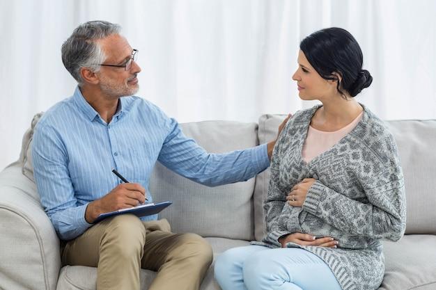 Therapeut die een vrouw thuis troost