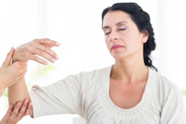 Therapeut die haar patiëntenwapen houdt