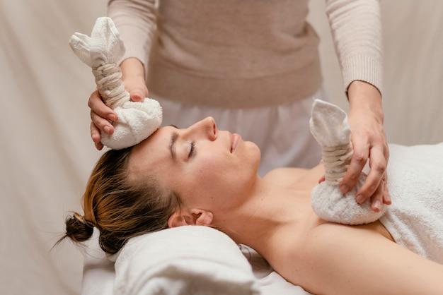 Therapeut die natte handdoeken houdt