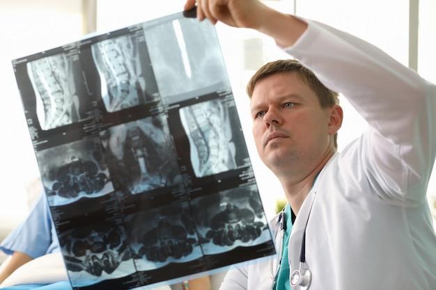 Therapeut die x-ray bekijkt