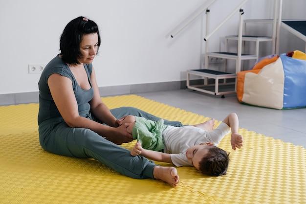 Therapeut doet revalidatie van kinderen met hersenverlamming