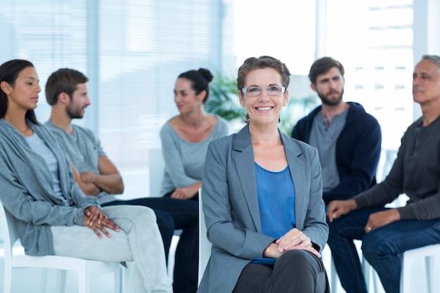 Therapeut met groepstherapie in sessie