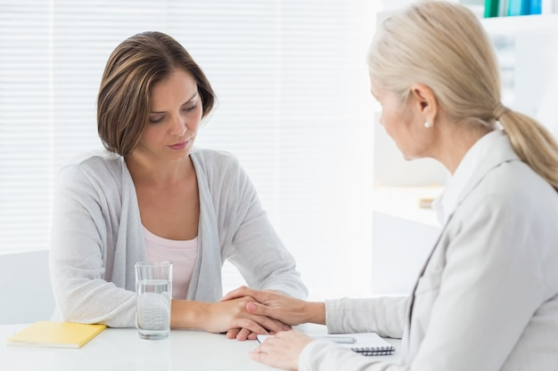 Therapeut troost haar patiënt