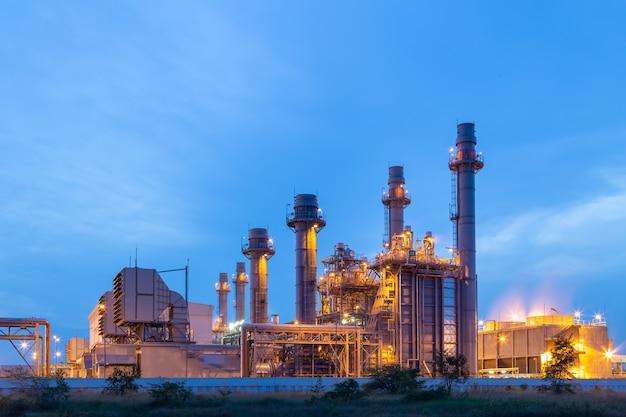 Thermische centrale voor industrieterrein op zonsondergang en schemering.