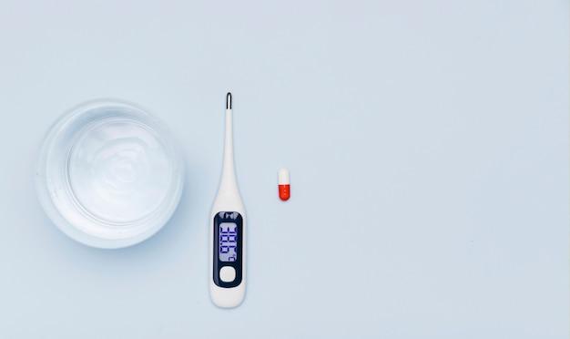 Thermometer en glas water kopie ruimte