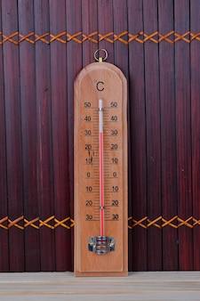 Thermometer op de houten tafel