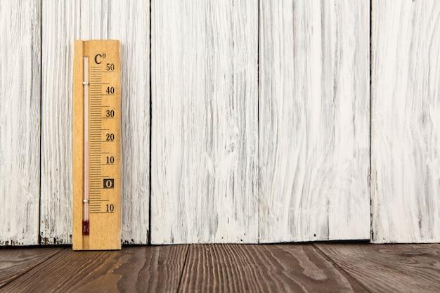 Thermometer op houten oude muur