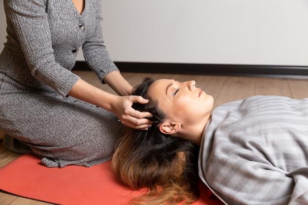Thetahealing concept. meditatie aan de gang. twee vrouwen hebben hun geest tot rust gebracht.
