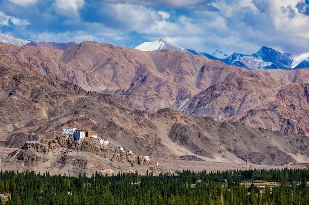 Thiksey gompa boeddhistisch klooster in de himalaya.