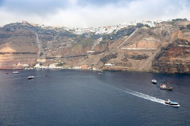 Thira-stad klom op vulkanische berg, griekse eilanden santorini in aeagean-zee