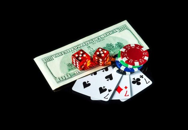 Three of a kind of set kaarten combinatie en dollars met chips Premium Foto