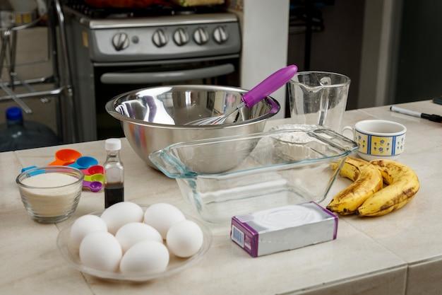 Thuis bakken ingrediënten en accessoires om thuis een bananenpannenkoek te maken