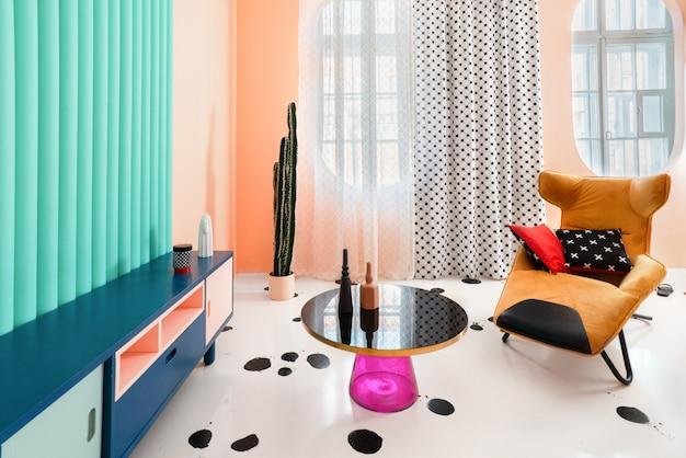 Thuis chillen: gezellige gele stoel met kleurrijke kussens