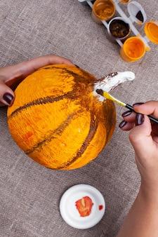 Thuis herfst ambachten van papier-maché, pompoen voor halloween, maakproces, hobby