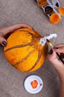 Thuis herfst ambachten van papier-maché, pompoen voor halloween, maakproces