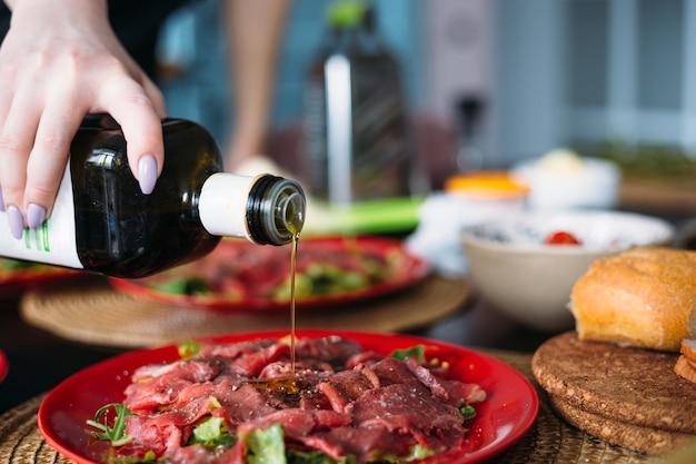 Thuis koken in keuken italiaanse carpaccio van rundvlees