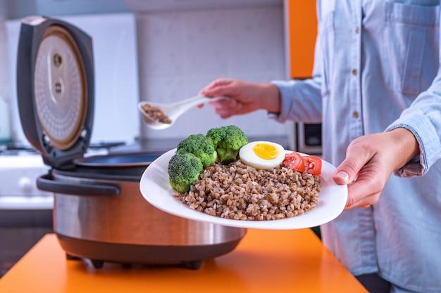 Thuis koken van verse maaltijden met behulp van moderne multi-fornuis