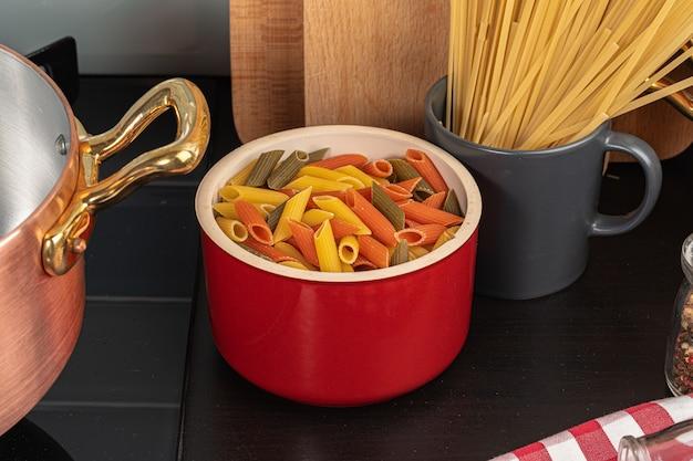 Thuis kokend deegwaren in een pot dicht omhoog