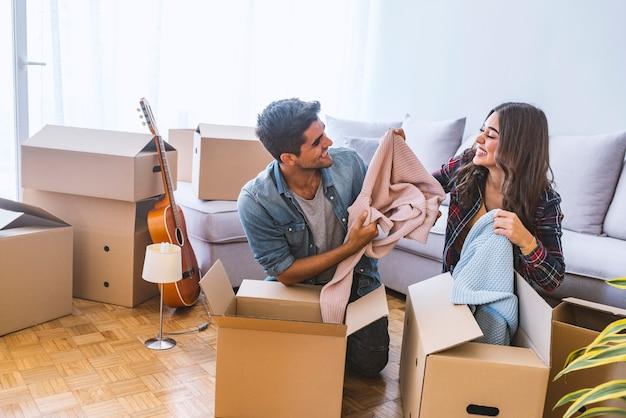 Thuis, mensen, verhuizen en onroerend goed concept