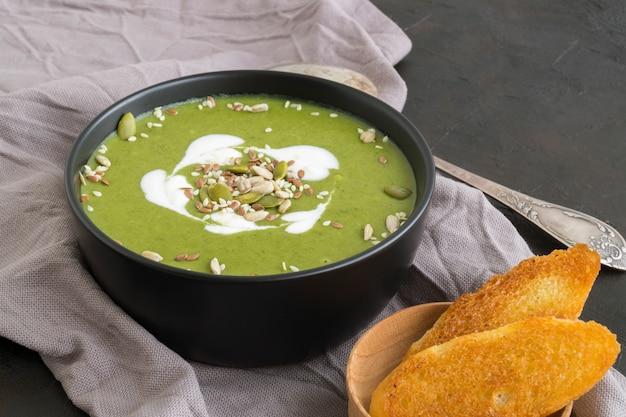 Thuis nuttige roomsoep van groene groenten