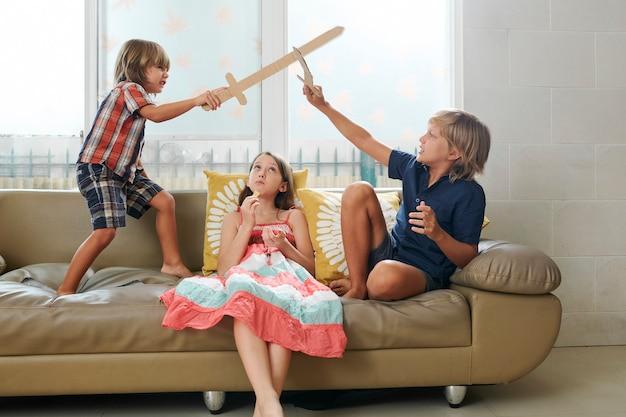 Thuis spelende kinderen