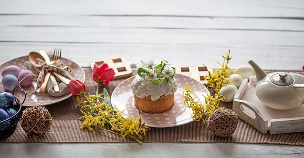 Thuis tafel instelling voor paasvakantie. het concept van een gezinsvakantie en decor.