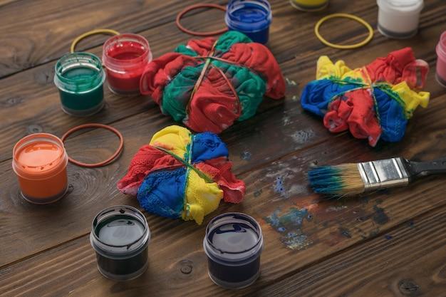 Thuis verschillende kleding in de stijl van tie-dye kleuren. stof beitsen in tie-dye-stijl.