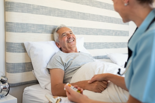 Thuis verzorger helpt een senior man