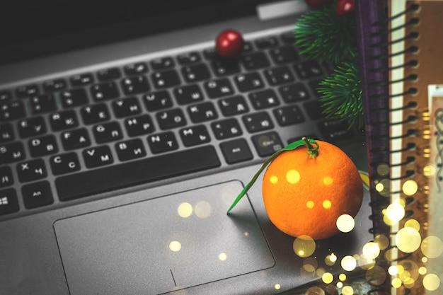 Thuis werken winter gezellige tijd en vakantie stilleven met citrus mandarijnen samenstelling, laptop, kopieerruimte, bokeh. hoge kwaliteit foto