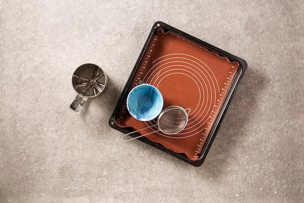 Thuisbakconcept met bakplaat en keukengerei