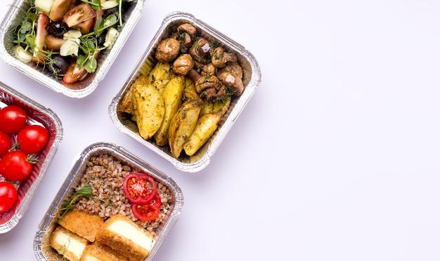 Thuisbezorging concept. voedsel in containers. aardappelen met champignons.