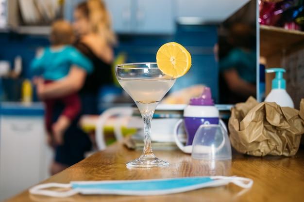 Thuisfeest in nieuw normaal dagelijks leven in lockdown work life balance glas met cocktail op de